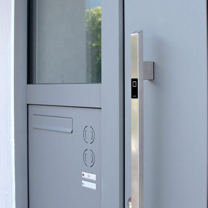 Haustüre mit Briefkastenanlage und Fingerprint